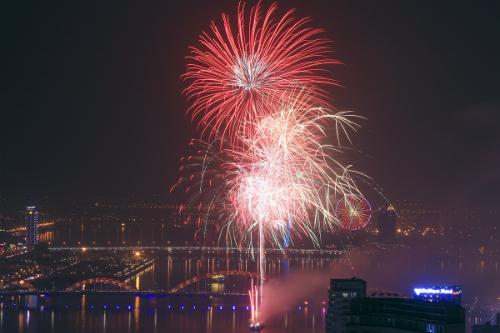 Tết dương lịch vừa qua Đà Nẵng cũng tổ chức bắn pháo hoa trên sông Hàn, kinh phí từ nguồn xã hội hóa. Ảnh: Nguyễn Đông.