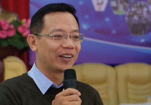 TS Trần Văn Tính (trường Đại học Quốc gia Hà Nội) trao đổi với học sinh trường THPT Việt Đức về việc chọn nghề nghiệp tương lai. Ảnh: Quỳnh Trang.